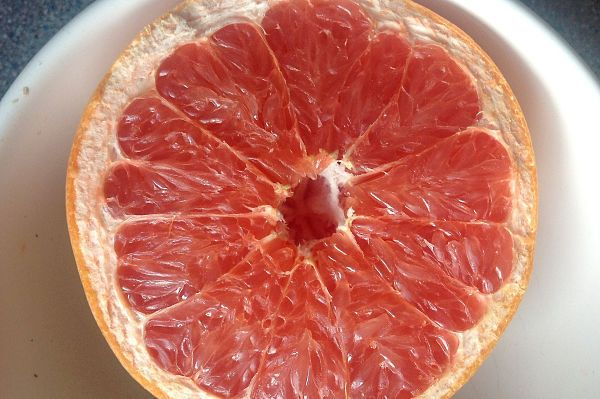¿cuáles son los beneficios del pomelo rosado