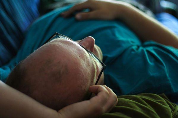 por qué se me duermen los brazos cuando duermo